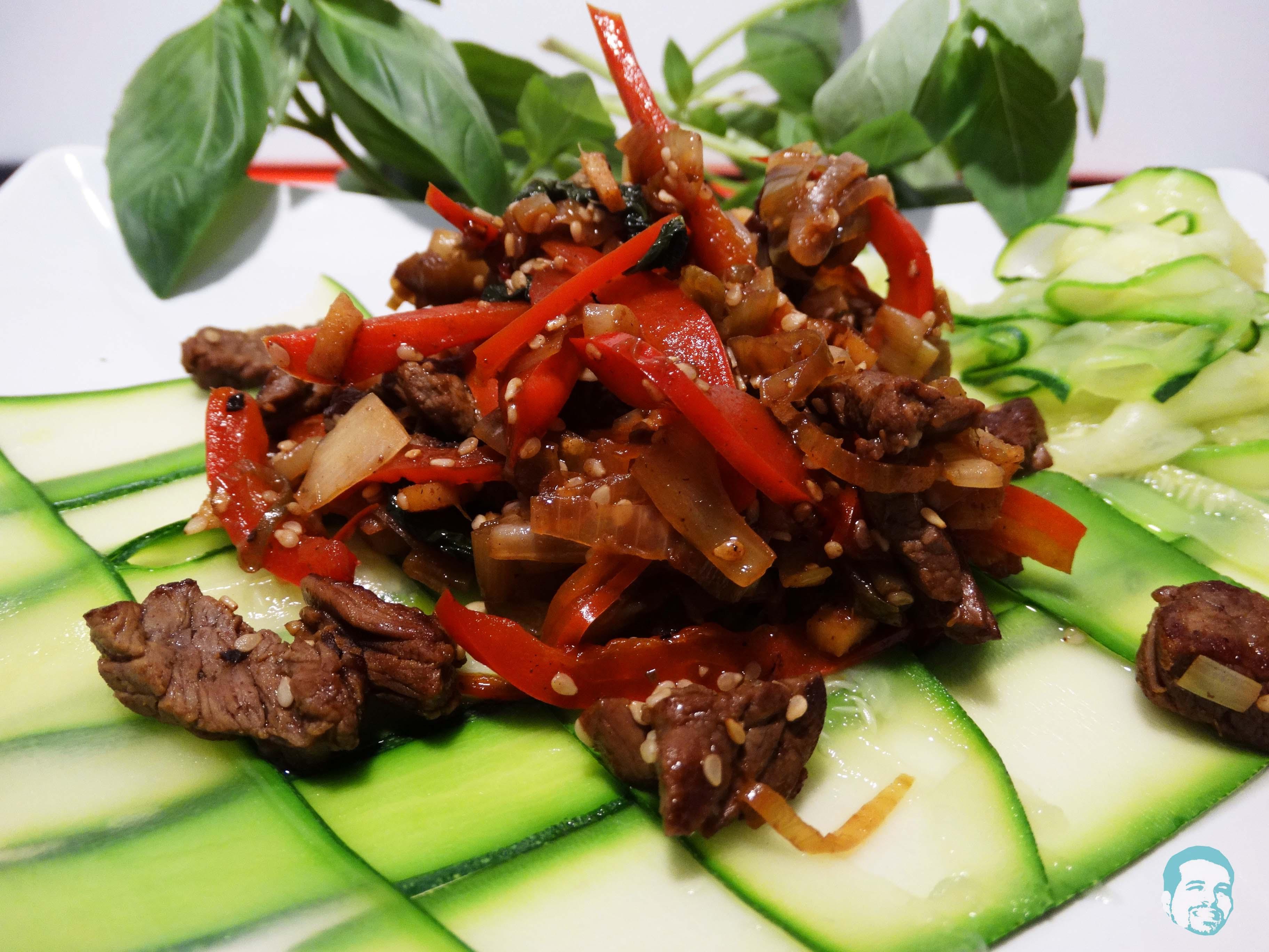 beef mit ingwer basilikum chili auf zucchini streifen. Black Bedroom Furniture Sets. Home Design Ideas