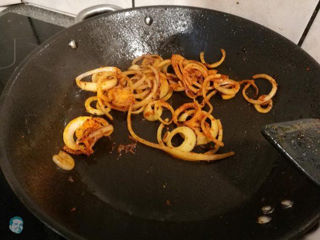 Zwiebeln für Sauce anbraten