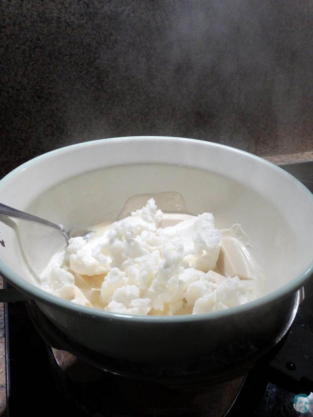 Schokolade-und-Kokosfett-schmelzen-im-Dampfbad