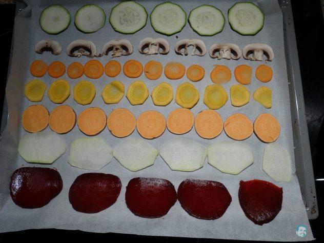 Gemüsechips-geschnitten-am-Blech