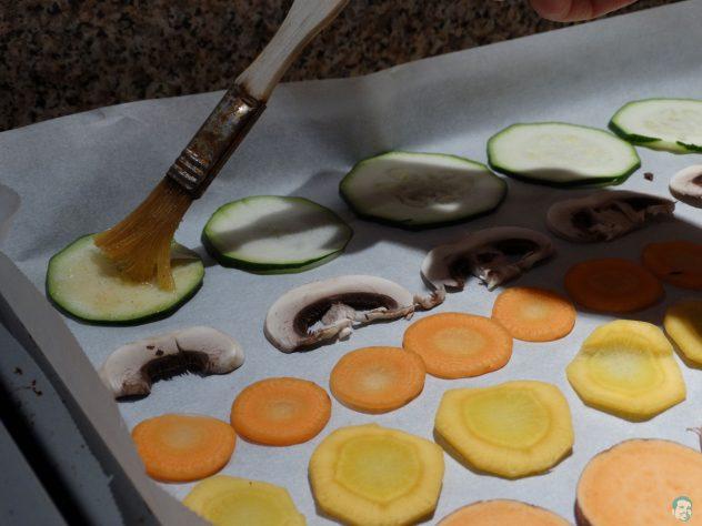 Gemüsechips-mit-Gewürzen-bestreichen