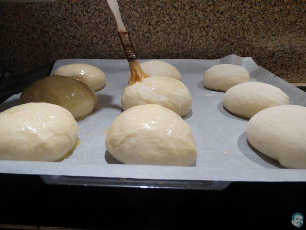 Ofenkrapfen-mit-Butter-bestreichen
