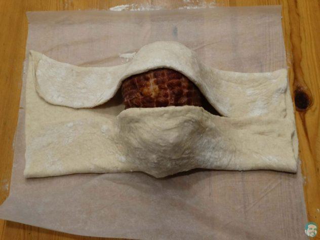 Osterschinken-im-Brotteig-zusammenlegen